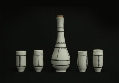 botella de cerámica hecha a mano blanca rayas