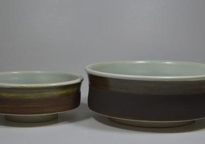 platos altos marrón y verde menta